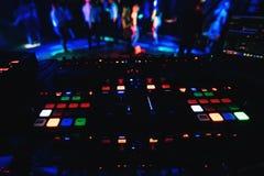 Incandescer abotoa a placa profissional para misturar e a música no partido no clube noturno com imagens de stock royalty free