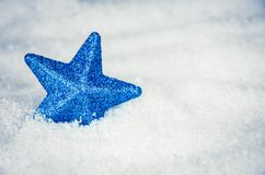 Incandescer azul protagoniza na neve fotografia de stock