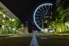 Incandescer panorâmico roda dentro a arquitetura da cidade imagem de stock