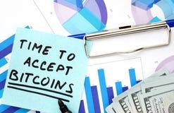 Incarti con tempo di parole di accettare i bitcoins ed i grafici Fotografia Stock