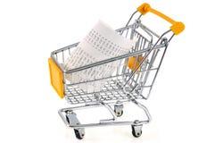 Incasso in un carrello del supermercato su un fondo bianco fotografia stock libera da diritti