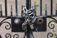 Incatenato sul portone Fotografia Stock Libera da Diritti