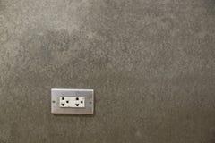 Incavi elettrici in parete del cemento della Camera immagini stock