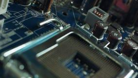 Incavo ed unità di elaborazione del CPU sulla scheda madre Fuoco sulla scheda madre archivi video
