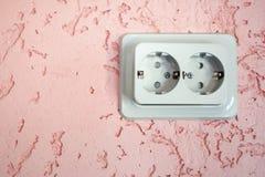 Incavo elettrico grigio su gesso decorativo rosa wal immagine stock libera da diritti