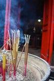 Incence brucia fuori del tempio a Hanoi, Veitnam Immagine Stock