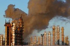 Incendie à la centrale de raffinage de pétrole Image stock