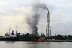Incendie au-dessus de centrale de raffinerie Bangkok Thaïlande   Photos stock