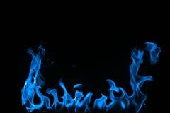 Incendie bleu d'isolement sur un fond noir. image libre de droits