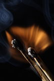 Incendie - combustion de deux allumettes Photos libres de droits