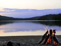 Incendie confortable sur le lac Photos stock