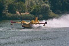 Incendie d'aéronefs amphibie du bombardier 415 Image libre de droits