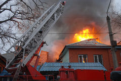Incendie dans la zone résidente, Astrakan, Russie Photos stock