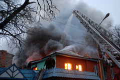Incendie dans la zone résidente, Astrakan, Russie Photographie stock