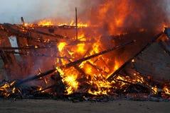 Incendie dans une maison abandonnée Images libres de droits