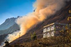 Incendie de forêt brûlant sur une colline dans le Lachung, Inde du Sikkim Image libre de droits
