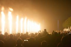Incendie de nuit à l'exposition de nuit de fontaines en fonction photos stock