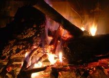 Incendie en bois rougeoyant Image stock
