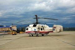 Incendie et hélicoptère Ka-32A de sauvetage Photographie stock