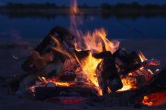 Incendie la nuit Incendie en nature images libres de droits