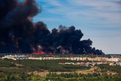 Incendie près aux maisons de rapport Images stock