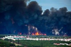 Incendie près aux maisons de rapport Image stock