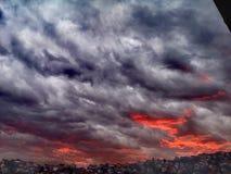 Incendie sur le ciel image stock
