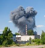 Incendie sur un entrepôt de banlieue photographie stock libre de droits