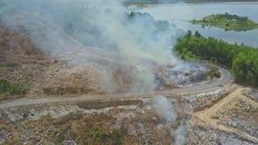 Incendies de forêt commandés de route de montagne contre le lac banque de vidéos