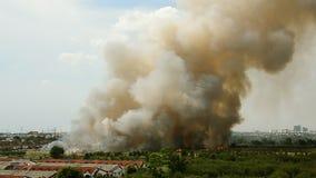 Incendies de forêt dans la ville sur une surabondance chaude Sapeur-pompier aidé à s'empresser d'empêcher le feu écarté au villag clips vidéos