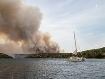 Incendio forestal en Croacia, desastre natural del verano cerca del nationa fotografía de archivo