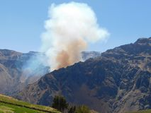 Incendio forestal en las montañas Fotos de archivo libres de regalías