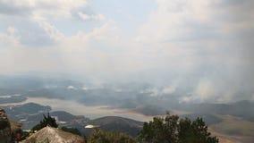 Incendio fuera de control en las montañas Vietnam almacen de video