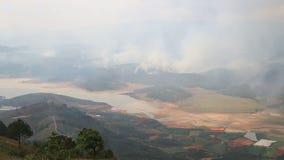 Incendio fuera de control en las montañas Vietnam almacen de metraje de vídeo