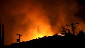 Incendio fuera de control que rabia en las colinas (HD) almacen de metraje de vídeo