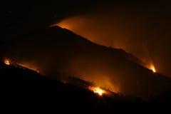 Incendios fuera de control en la noche Foto de archivo libre de regalías