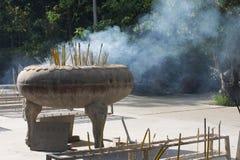 Incensário grande no monastério do Po Lin com vara do incenso Imagens de Stock Royalty Free