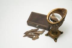 Incensário, madeira do ágar: Oud, microplaquetas do incenso isoladas em um fundo Imagens de Stock