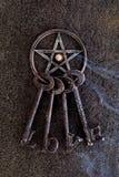 Incense el burning en pentagram gris del metal con el llavero del amor en sla imagenes de archivo