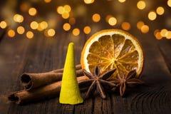 Incense el fondo del día de fiesta del cono, del canela, de la naranja y del anís Fotos de archivo libres de regalías