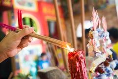 Incense el palillo que quema para la adoración Buda en templo chino Foto de archivo