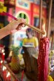 Incense el palillo que quema para la adoración Buda en templo chino Imagen de archivo