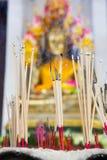 Incense en un pote en la imagen de Buda Fe, fe, bendiciones, f Fotografía de archivo libre de regalías