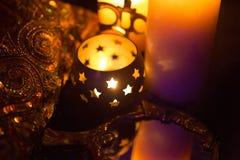 Incense en un soporte de oro de la forma y del oro lujoso s del símbolo de OM Fotos de archivo libres de regalías