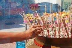Incense i bastoni e le candele in un tempio buddista a Bangkok Fotografie Stock Libere da Diritti