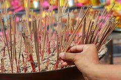 Incense i bastoni e le candele in un tempio buddista a Bangkok Fotografia Stock Libera da Diritti