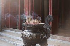 Incense la combustione al tempio di Jade Mountain a Hanoi Viet immagine stock libera da diritti
