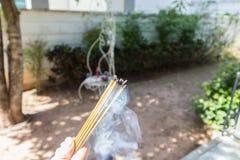 Incense la quemadura con el delantal con la comida para el workship Foto de archivo