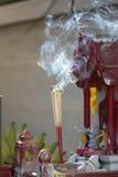 Incense los palillos con humo delante de la casa del alcohol en Tailandia Imágenes de archivo libres de regalías