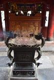 Incense los palillos en un cuenco del dragón en un complejo del templo en el ninh Binh cerca de Hanoi en Vietnam, Asia imagen de archivo libre de regalías